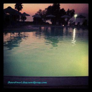 Διακοπο-ανεμελιά σε μια πισίνα με θέα τη θάλασσα