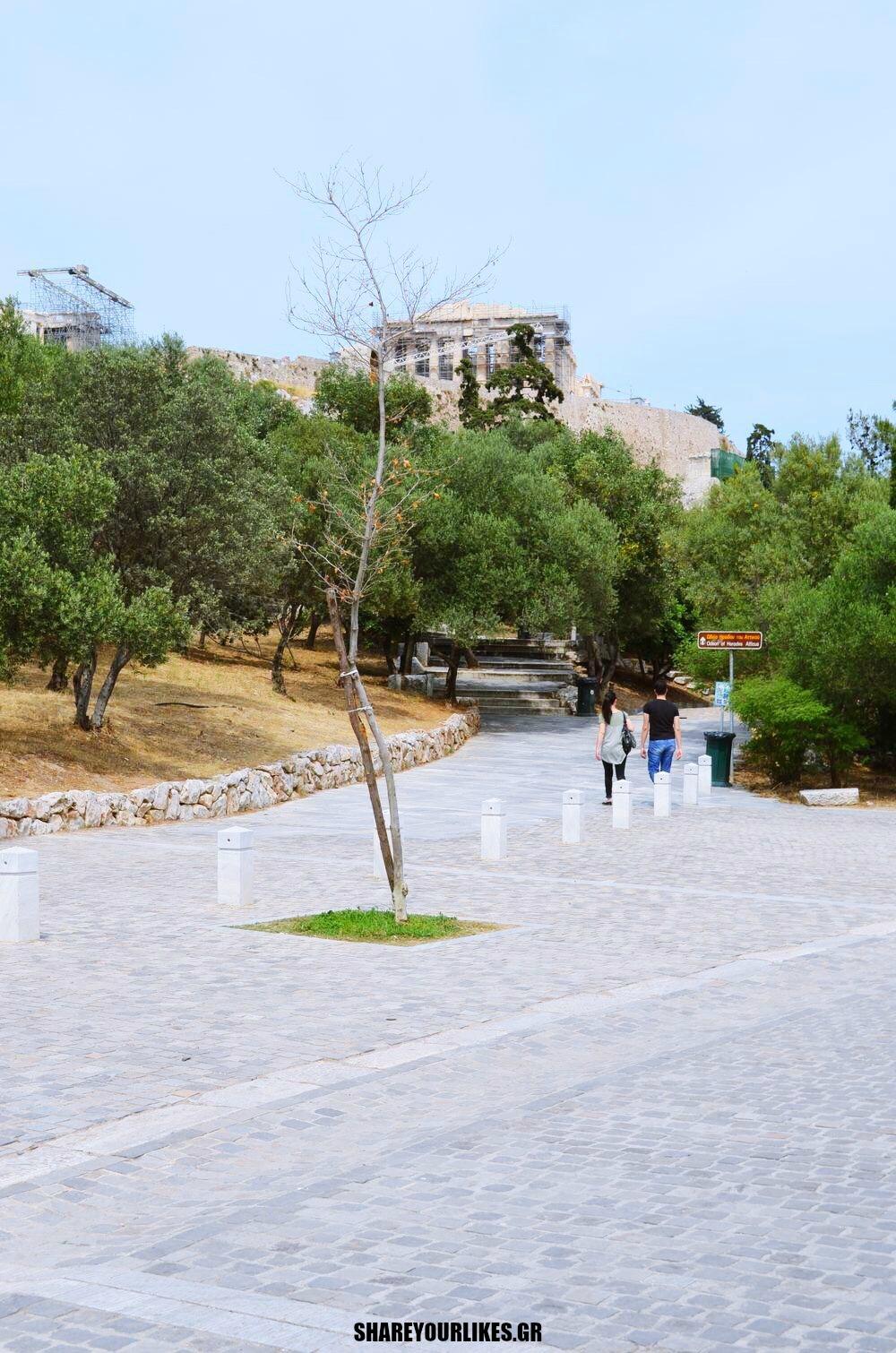 Touristes stin poli mas