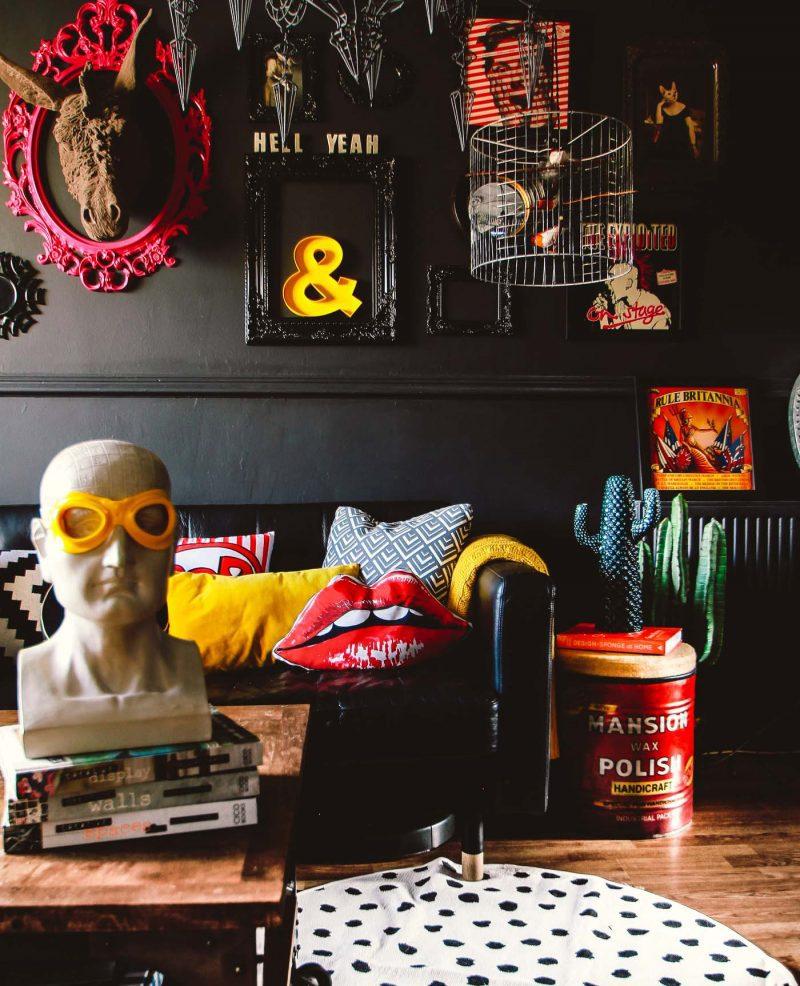 Πόση αυθάδεια, χιούμορ, χαρά, rock διάθεση, νοσταλγία για το χθες και αγάπη για το σήμερα, πόση τέχνη και ποπ κουλτούρα, πόσο χρώμα, πόσο mix' n match να χωρέσει μια μόνο φωτογραφία, ενός μόνο κομματιού από ολόκληρο το σαλόνι; (image via https://www.thegatheredhome.com/rock-roll-glam-gathered-home/)