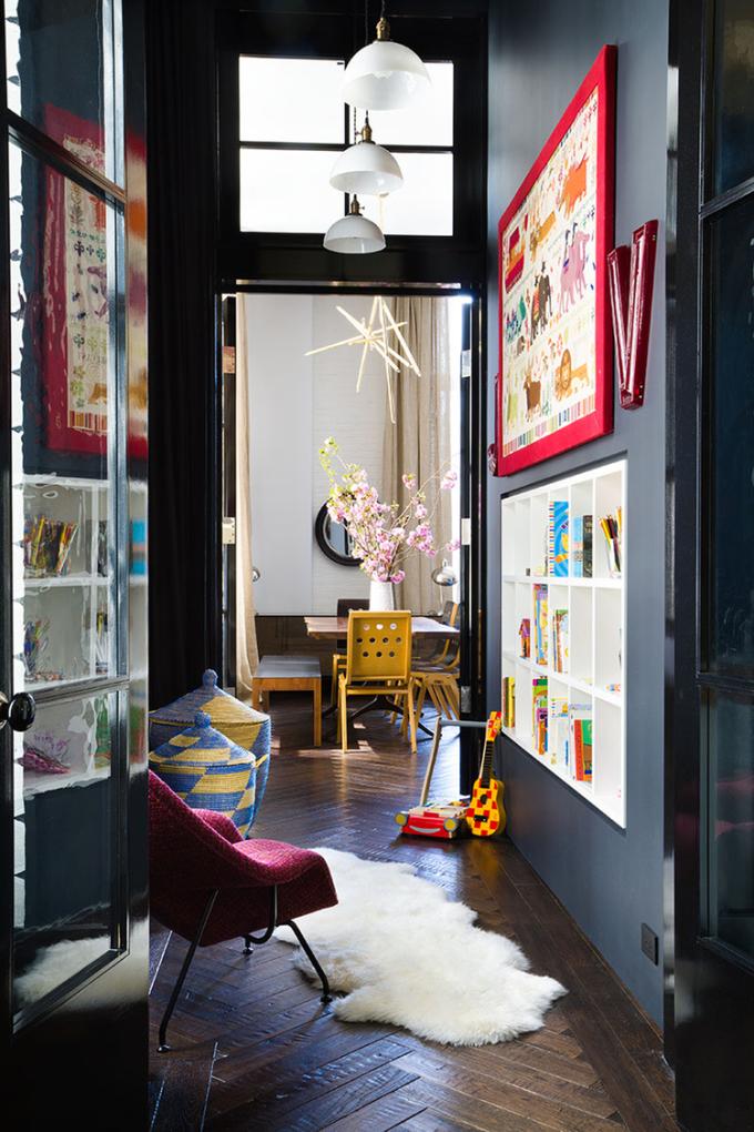 Οι μαύροι τοίχοι και τα πολλά αντικέιμενα με χρώμα, δημιούργησαν ένα ζωηρό, φωτεινό χώρο που σε προκαλεί ευχάριστα! Ενάντια σε όλους τους κανόνες! (image via http://www.fengshuidana.com/2014/12/01/dynamite-dark-walls/)