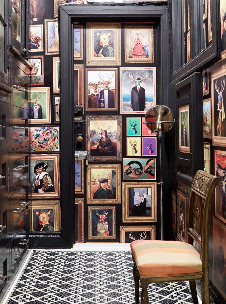 Αν και η συγκεκριμένη εικόνα είναι σχέδιο ταπετσαρίας, η ιδέα είναι ανεξάρτητη αυτής. Αν λατρεύεις τα εργα τέχνης και τα μουσεία, γιατί να μην έχεις μια τέτοια γωνιά στο σπίτι σου; Γέμισε κάδρα, αν γεμίζεις έμπνευση! (image via https://www.sheilabridges.com/product/van-doe-wallpaper/)